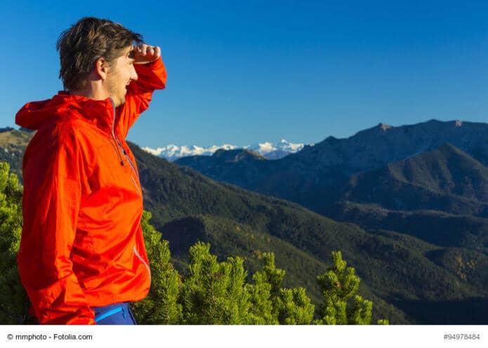 Wanderer hlt Ausschau in den Alpen