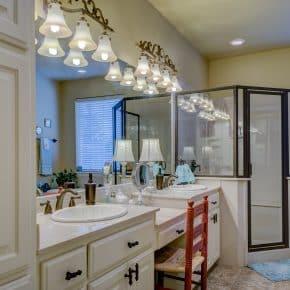 Kleines Bad: 10 Tipps, um es optisch größer wirken zu lassen