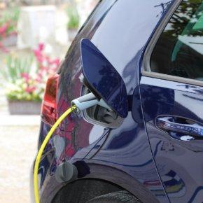 Eine Reise mit dem Elektrofahrzeug: Anforderungen an den Fahrer und die Versicherung
